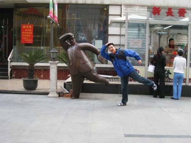18-Kaneda-Funny-Photographs-with-Statues-and-Sculptures-www-designstack-co