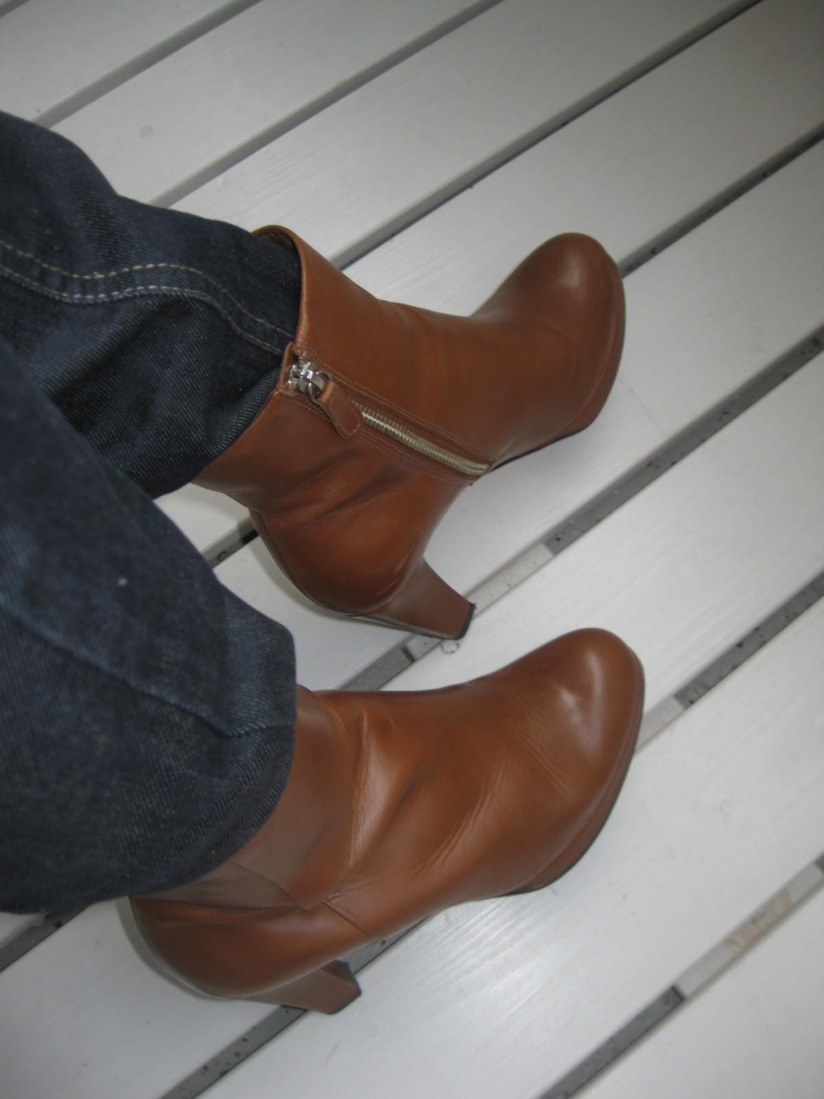 ruskeat kengät mustan puvun kanssa Kajaani