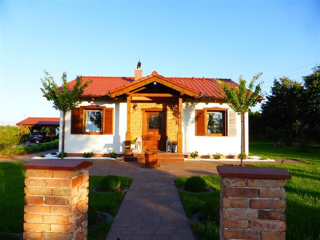 dom w stylu skandynawskim, biała cegła, ogród