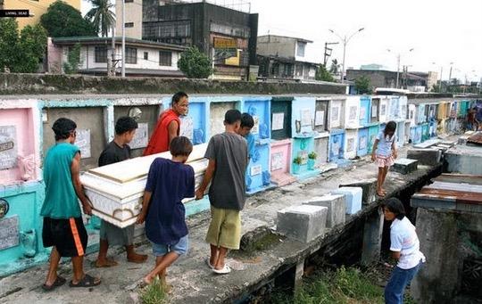 Beginilah Kehidupan Harian Penduduk Setinggan di Perkuburan di Manila