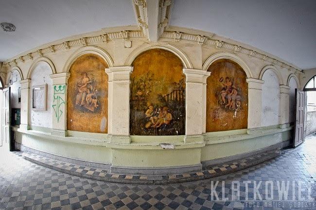 Toruń. Kamienica z zachowanymi zabytkowymi malowidłami.