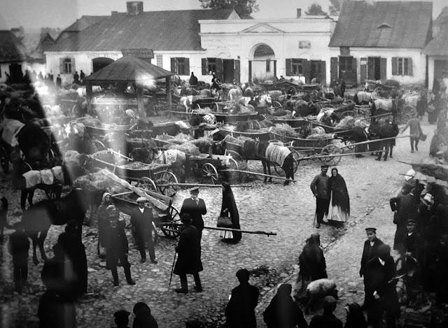 Radoszyce, galeria Biłasówka, wystawa Radoszyce w starej fotografii. Podpis fotografii: Targ koński, widok na wschodnią część rynku, fot Włodzimierz Aweryn 1909-15.