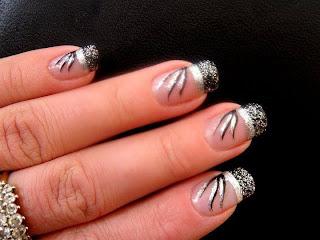 modelo de uñas negro con blanco