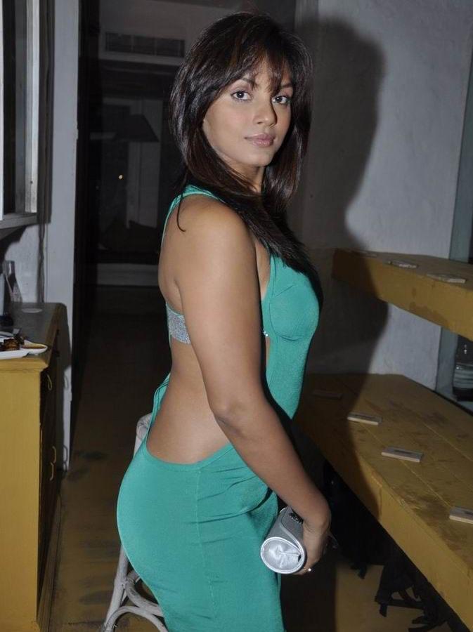 Desi Shotz: Deepika hot thigh n leg show scans from VOGUE