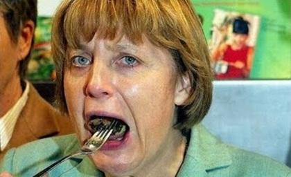 Còn Thủ tướng Đức Angela Merkel lại khiến người xung quanh tưởng bà đang bị tra tấn bằng một món gì đó vô cùng kinh dị