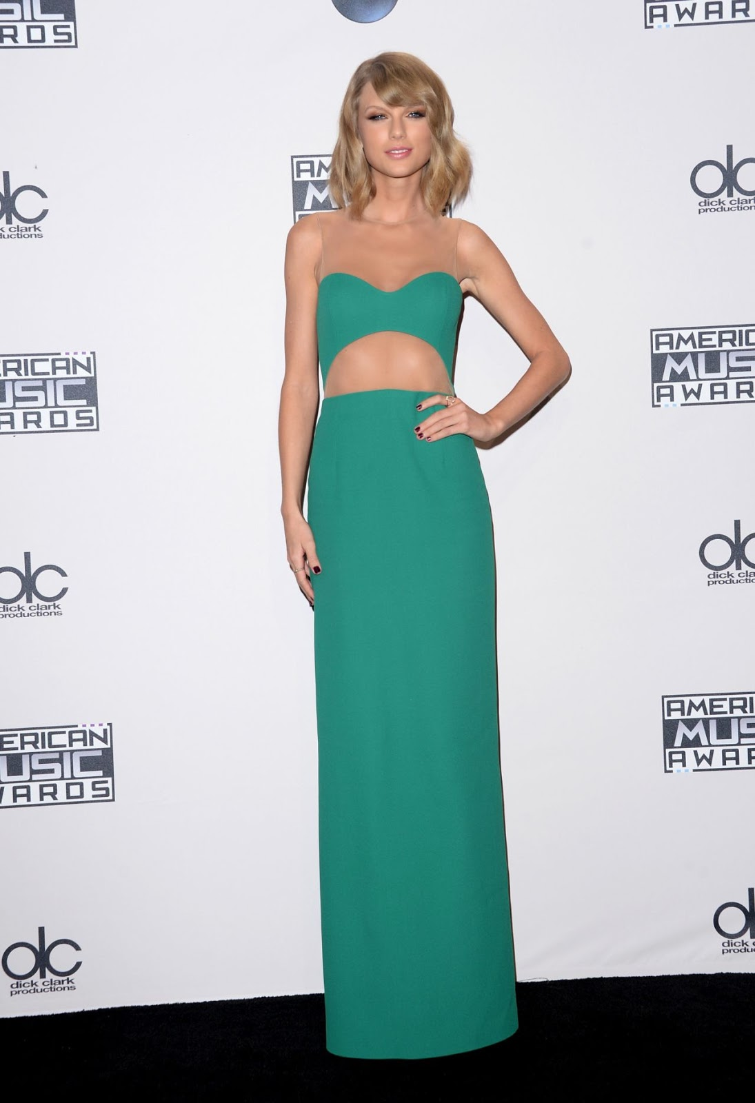 Taylor Swift stuns in an emerald Michael Kors gown at the 2014 American Music Awards