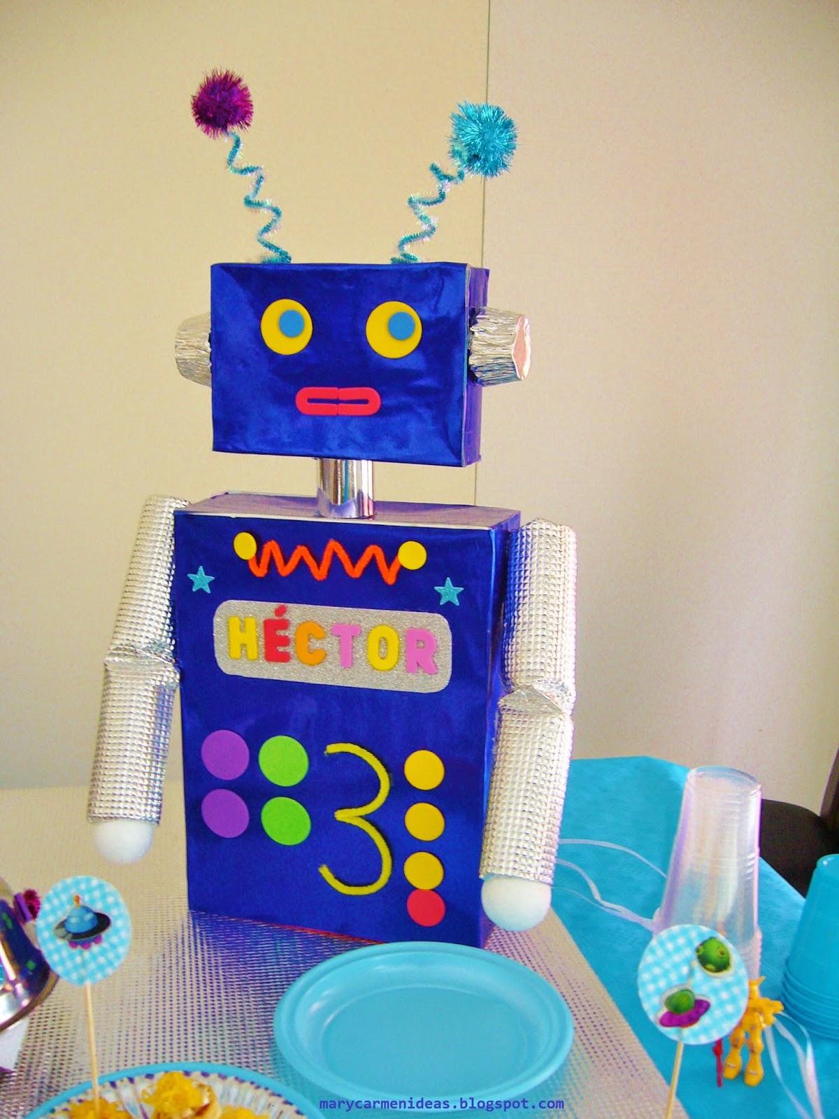 Este robot está hecho con dos cajas de cartón, y decorado con foamy