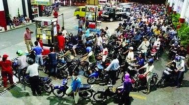 Antrian sepeda motor untuk mendapatkan bensin premium di SPBU