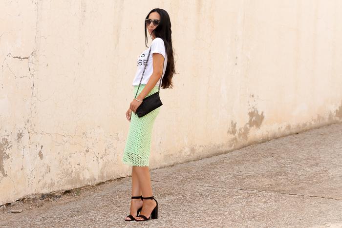 Look urban chic con falda tubo de guipur verde de Zara con camiseta con mensaje
