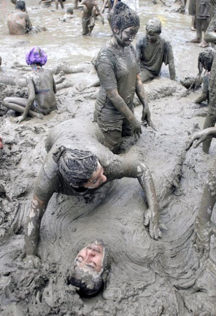 என்ன அசிங்கம் இது பாருங்கள். Mud+Day+celebration+%283%29