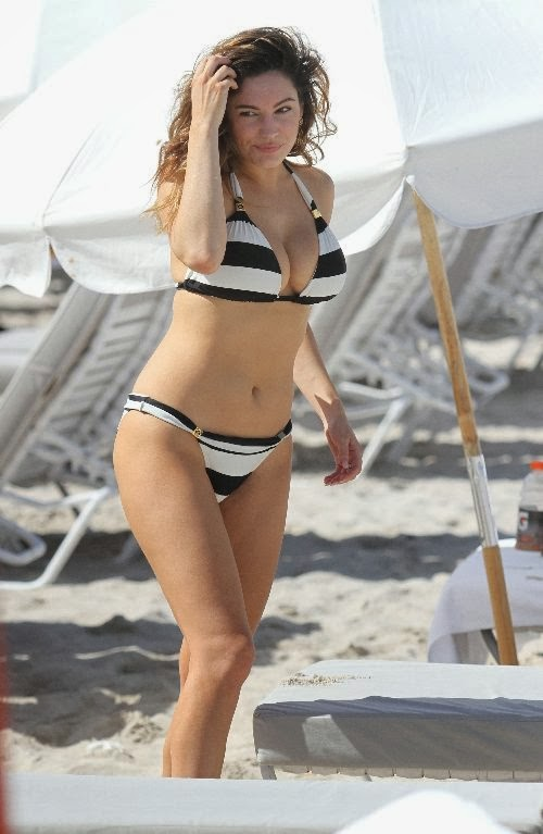 English:Kelly Brook wears a Bikini at Miami January 3, 2014