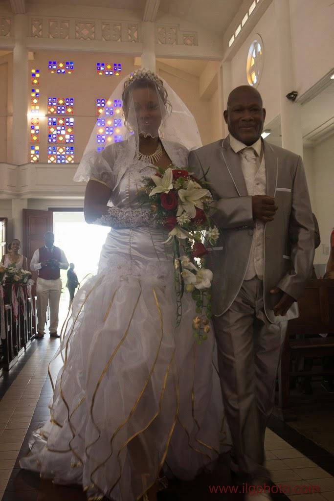 Mariage de Steffy et Manuel: la mariée remonte l'allée au bras de son père