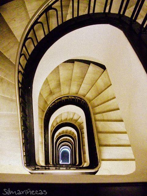 Escaleras del edificio de la sede de laboral kutxa en Bilbao