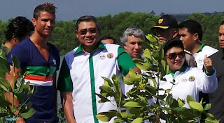 foto ronaldo menanam bakau (mangrove) di Bali