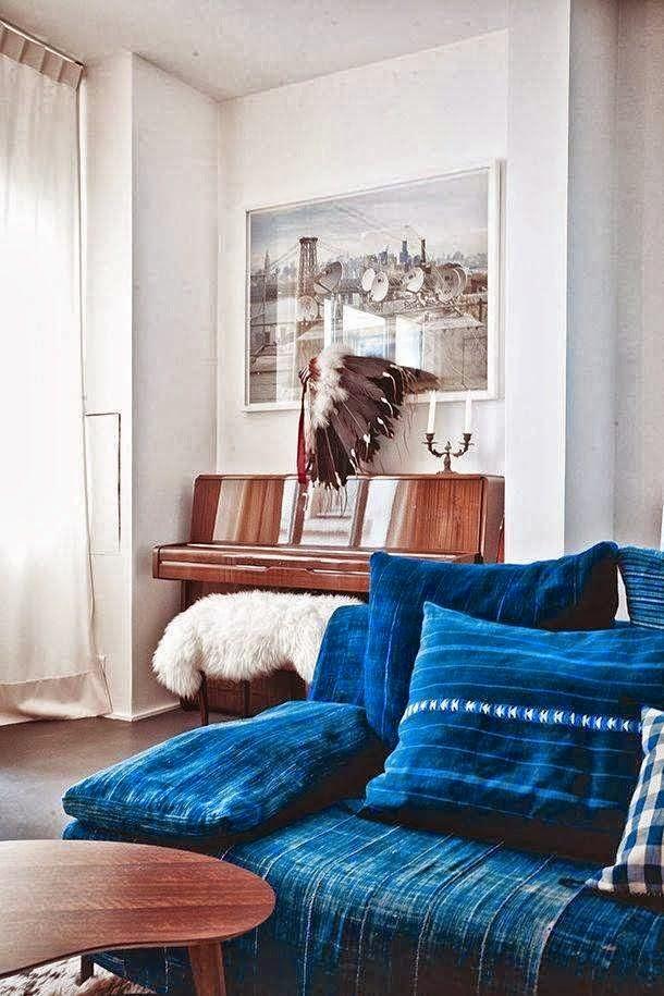 Niebieska sofa na blogu o wnętrzach