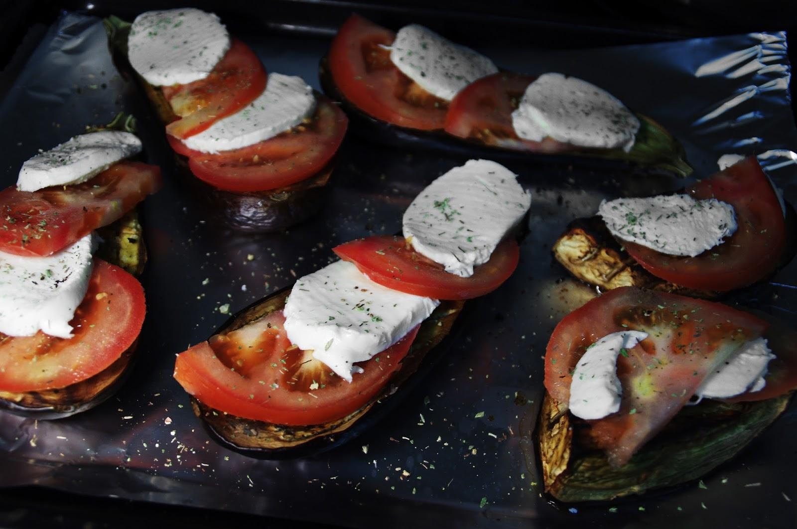 añadimos tomate y queso mozzarella