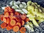 Peste la cuptor cu legume preparare reteta - tocam morcovii, ceapa, cartofii si usturoiul