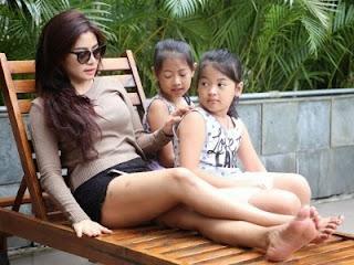 Kisah Vitalia Sesha Dengan Dua Putrinya