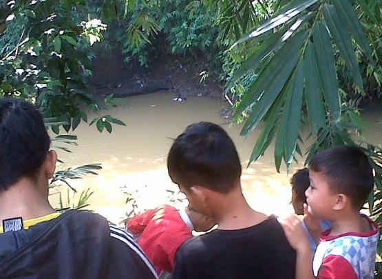 Jasad Perempuan Setengah Telanjang ditemukan Ngambang di Pinggir Kali