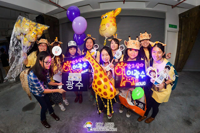 Kwang Soo fans all the way from HongKong!! They brought customized giraffe hat, giraffe balloons and even giraffe banners to support their lovely Girin!