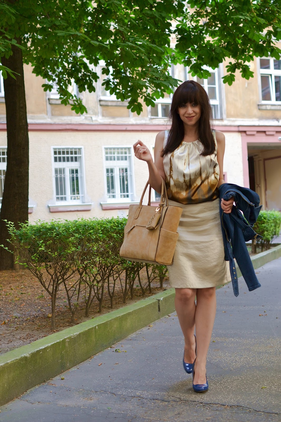 """Ako """"lietať"""" a pritom stáť pevne na zemi_Katharine-fashion is beautiful_Džínsová bunda_Zlatá sukňa_Modré lakované lodičky_Katarína Jakubčová_Fashion blogger"""