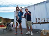 Un dels atletes recollint un trofeu