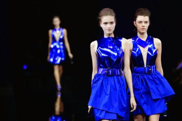 Emporio Armani na Milão Fashion Week verão 2015 coloriu a passarela de azul