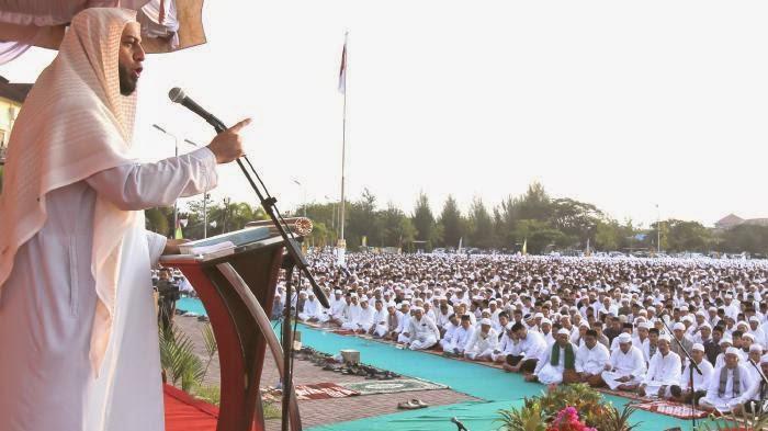 Syeikh Ali Jaber memberikan tausiah seusai shalat Subuh berjamaah di Mapolda Aceh, Banda Aceh