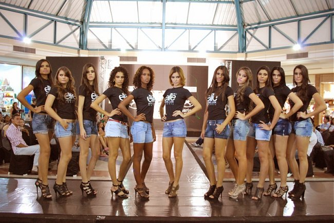 http://4.bp.blogspot.com/-wDj6zgtyYGg/ThM1Bzrvy2I/AAAAAAAAYBs/klkrhVHSBGE/s1600/garotas_do_desfile.jpg