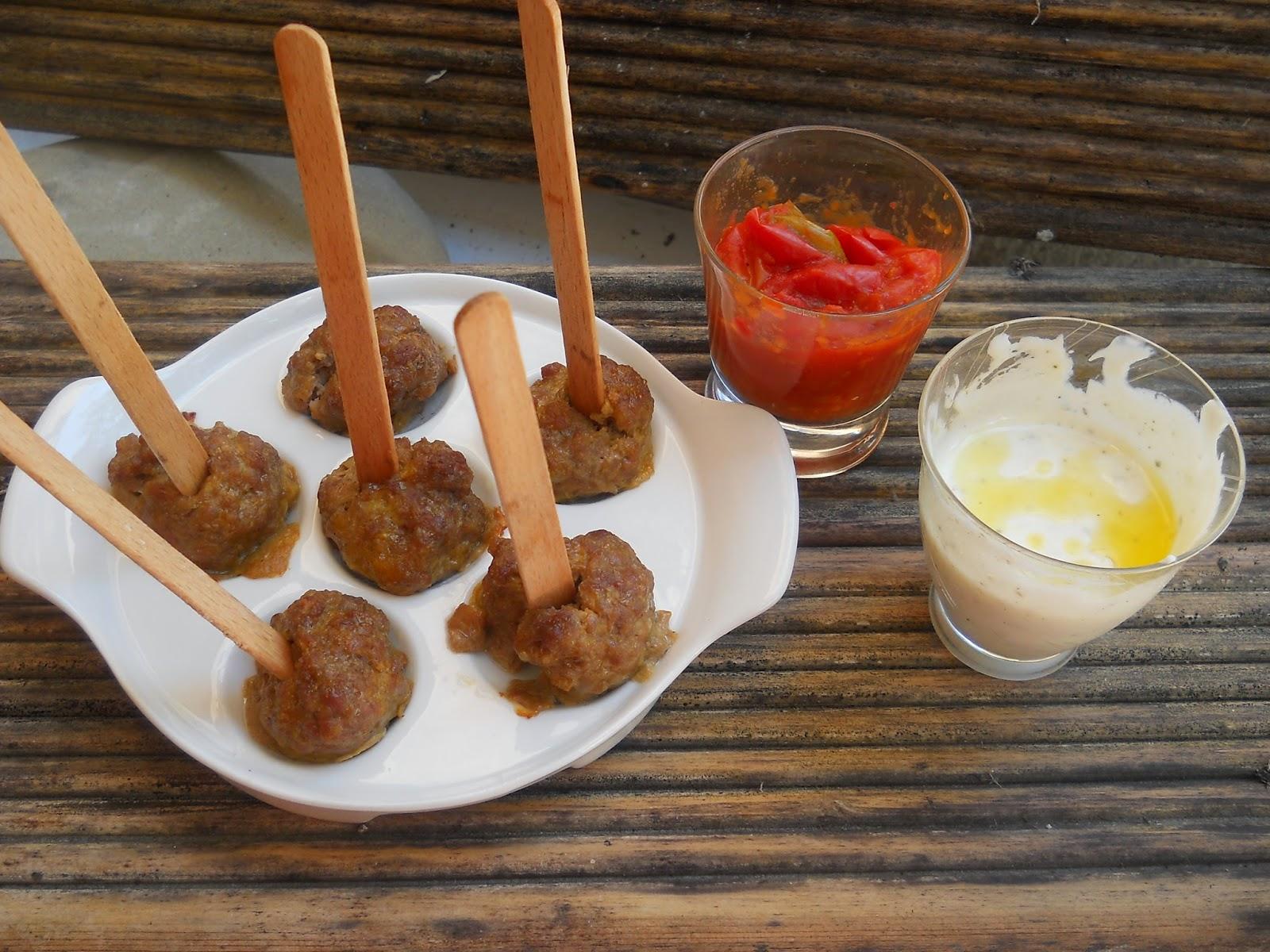 finger food:stecco di  polpettine con salsa di pomodoro peperonata o di yogurt speziata