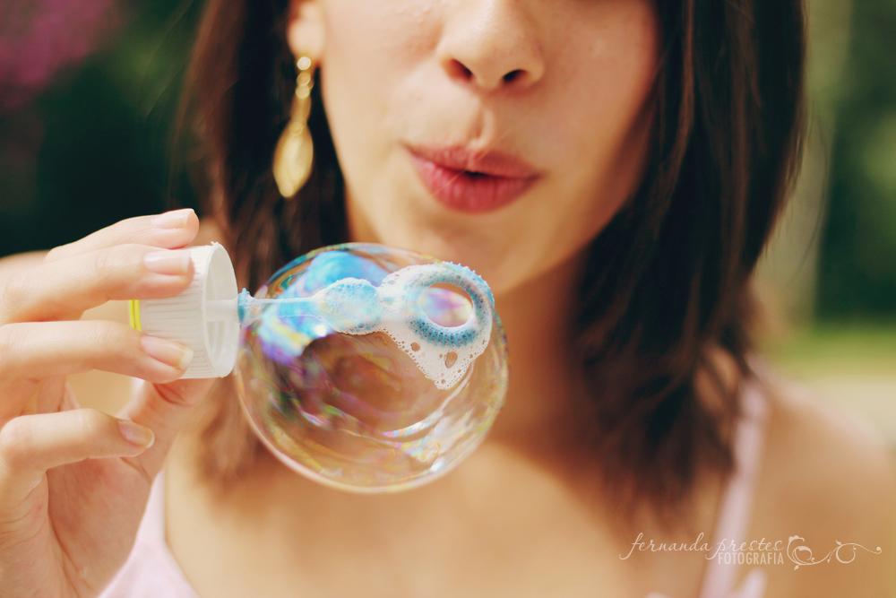 soprando bolhas de sabão