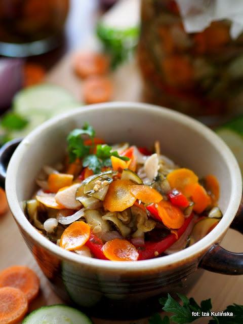 sałatka na zimę , domowe przetwory , moja spiżarnia , sałatka obiadowa do słoików , zielona cukinia , czerwone warzywa