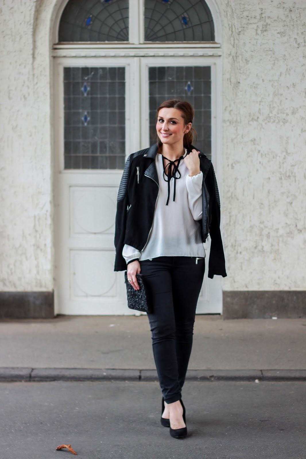 Fashionblogger aus Deutschland - Streetstyleinspiration - Ootd Fashionblogger - Weiße Bluse kombinieren - rockiger Look - Fashionblogger aus Deutschland