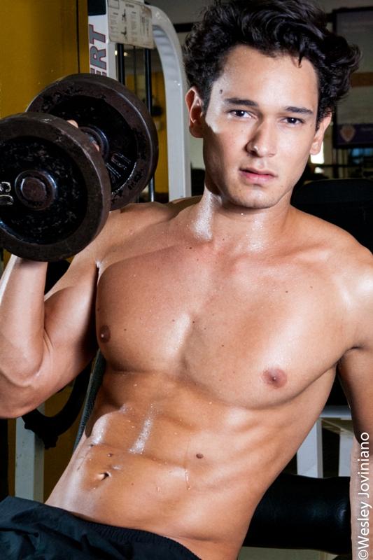 Edu Rosa faz musculação para manter o físico sarado - Crédito: Wesley Joviniano