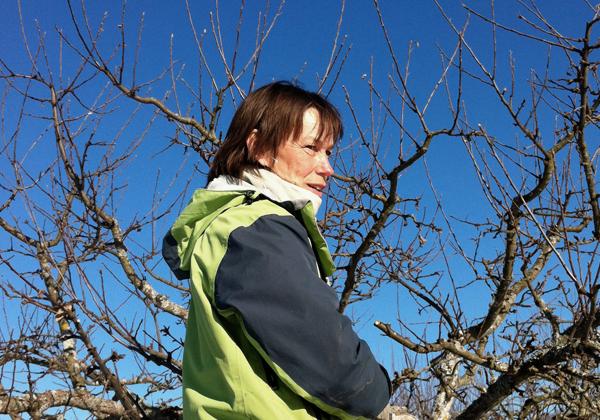 Katarina Nordlander framför ett äppelträd