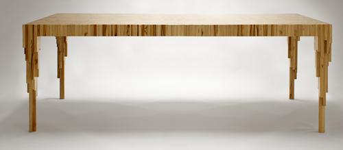 La tabla de la mesa muestra grandes tablones, destacandoel detalle de