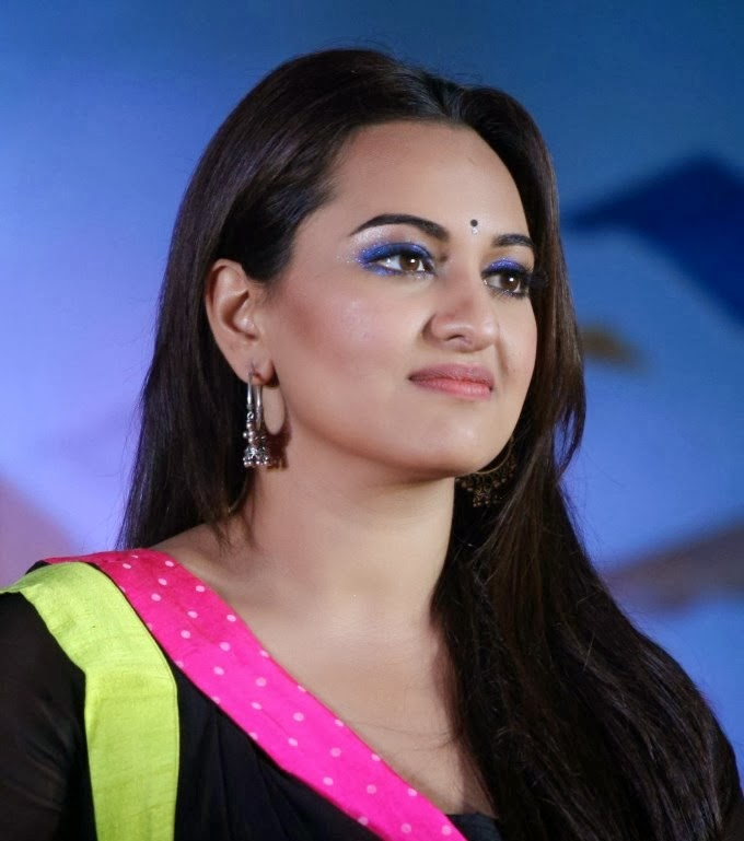 Sonakshi Sinha hot bra visible big ass cleavage in black saree hd nude photos