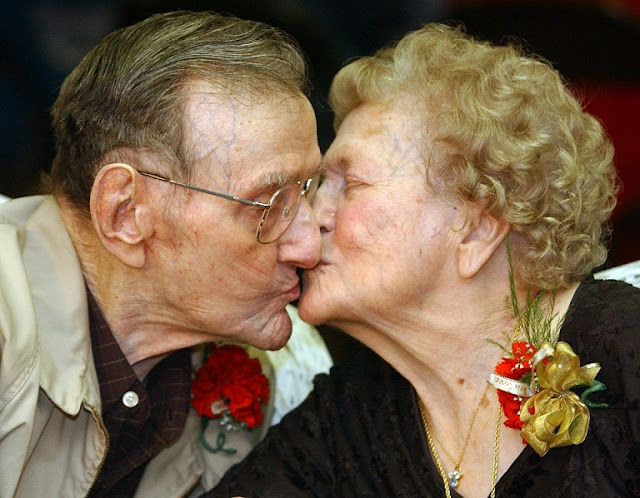 Valentine's Day old couple kiss
