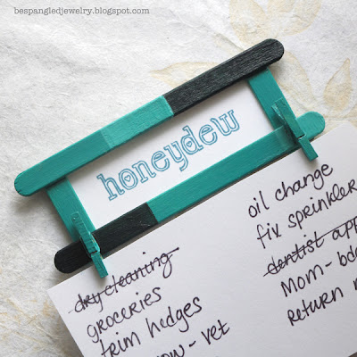 "DIY ""honeydew list"" holder Fridge Magnet with popsicle sticks and mini clothespins (tutorial)"