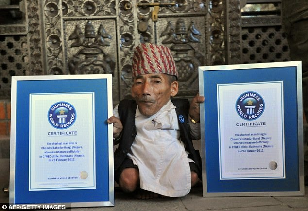Guinness World Records Day সবচেয়ে ছোট এবং সবচেয়ে লম্বা মানুষ প্রথমবারের মত হাত মেলালেন ক্যামেরার সামনে।