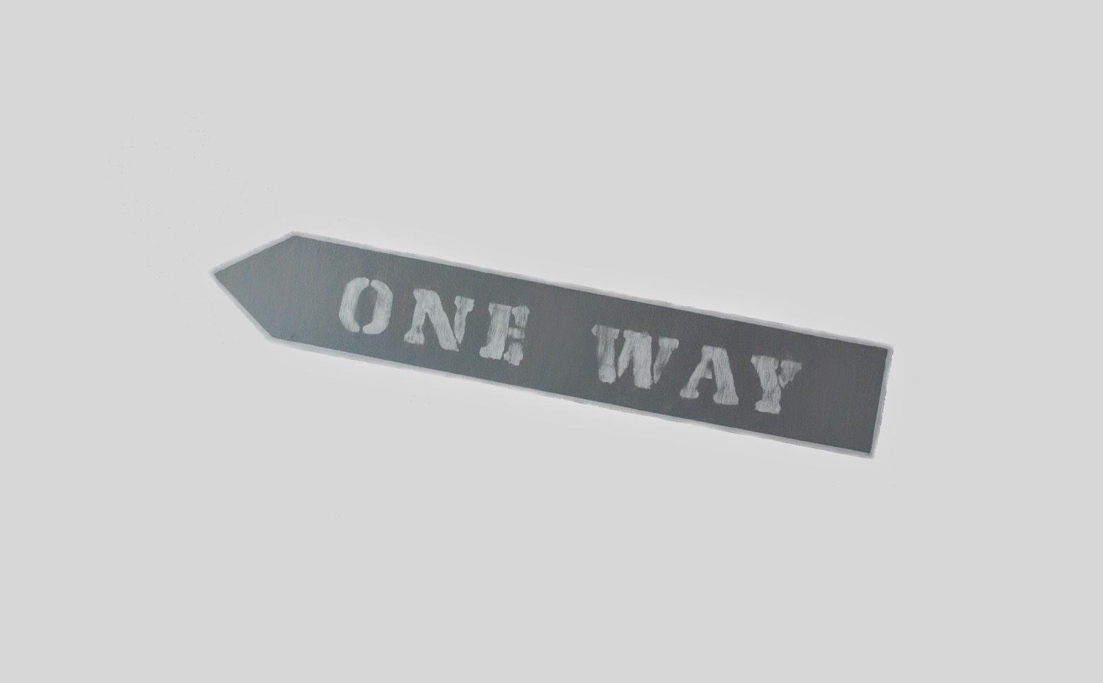 one way,ogród,szyld,tablica,inspiracje,szary,biel,napisy na drewnie,jak zrobić tablicę,DIY tablica