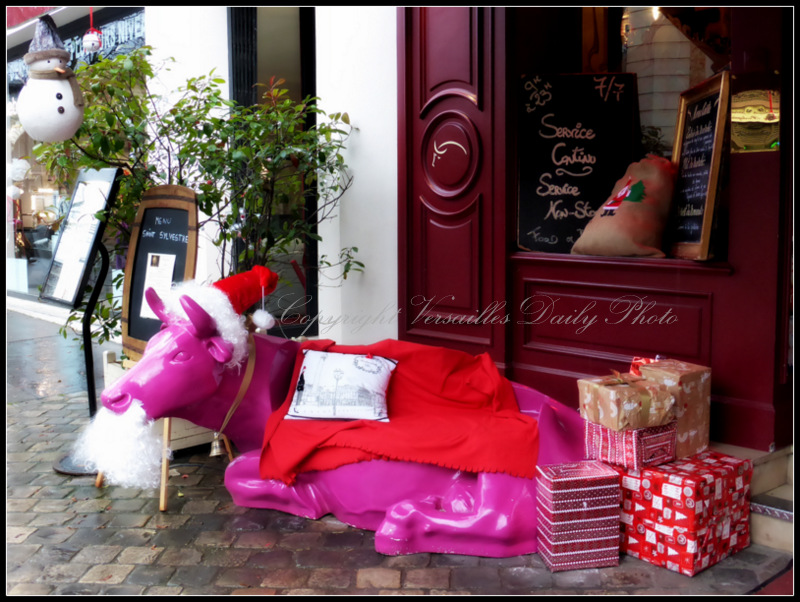 Pink cow bench Christmas Versailles