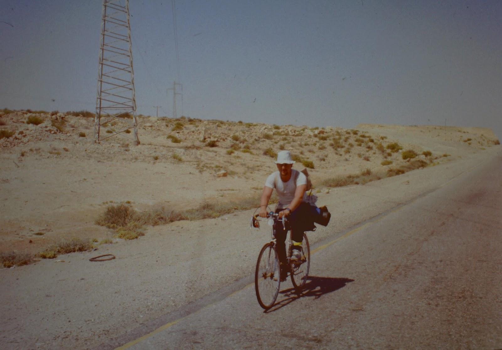 Einsamer Radfahrer in der Wüste.