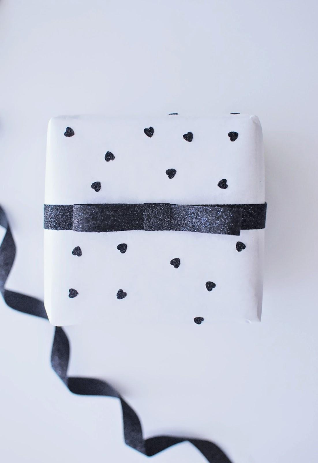 http://4.bp.blogspot.com/-wGUNw0S0TIg/VHOOM2AYgbI/AAAAAAAANtA/zPULdy7i9-E/s1600/diy_wrapping_paper_heart.JPG