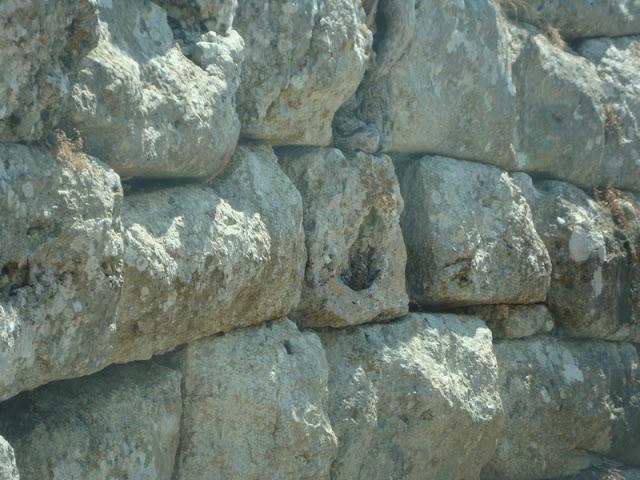 φυσικό γεωλογικό έξαρµα, ή ένα τεχνητό µεγαλιθικό κτίσµα