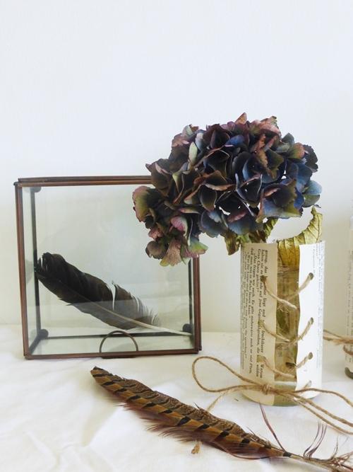 Dekoration mit Kupfer Federn Papier und Blumen