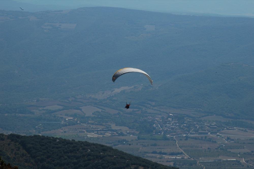Àger es veu al fons de la vall, i es que estem uns 950m més alts que el  poble.