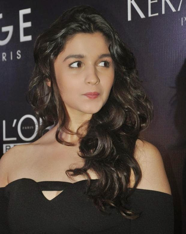 Alia Bhatt :Alia Bhatt looks Hot and Sizzling In Her Black Skirt At a Launch Event