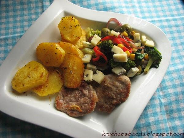 Polędwiczki wieprzowe, warzywa i pieczone ziemniaczki :)