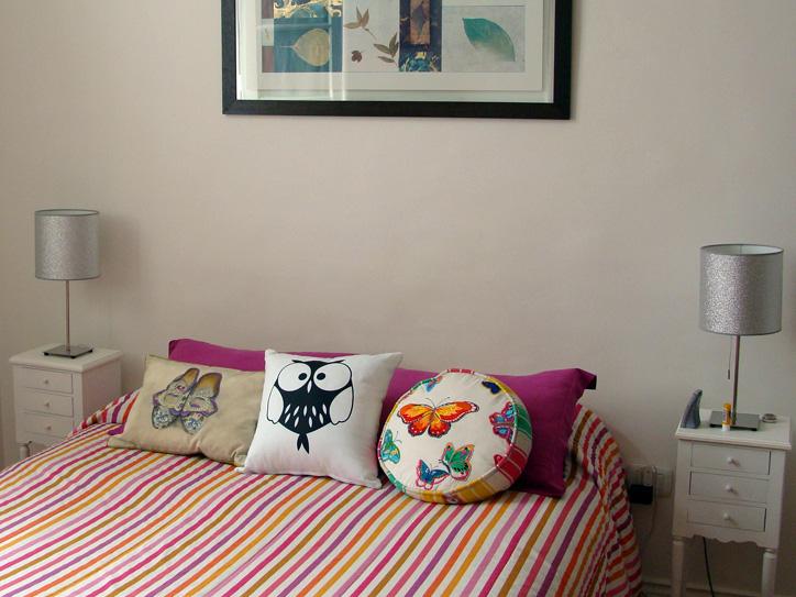 decoracao alternativa e barata para casamento:Almofadas divertidas e roupa de cama colorida: ótima alternativa pra